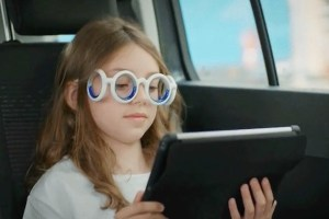 Gli occhiali che impediscono di contrarre il mal d'auto durante i lunghi viaggi