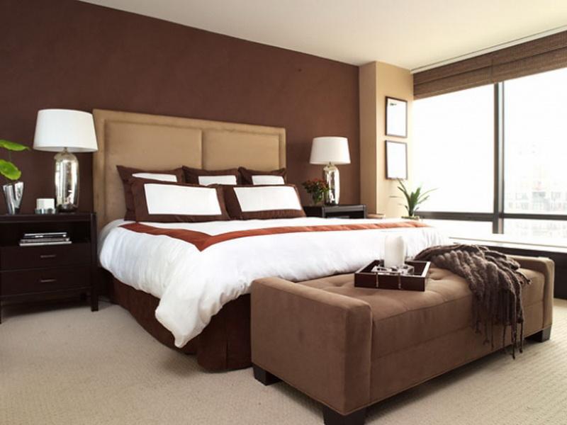 Pareti beige per la camera da letto e abbinare mobili in legno marrone scuro. Colore Marrone La Tinta Per Rendere Piu Accogliente Casa