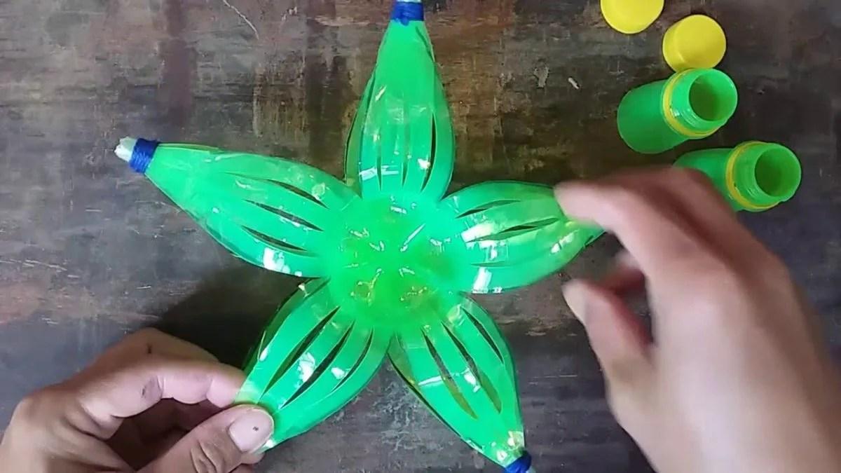 Creare una ghirlanda natalizia con bottigliette di plastica vuota può. Decorazioni Natalizie Con La Plastica 10 Sorprendenti Idee