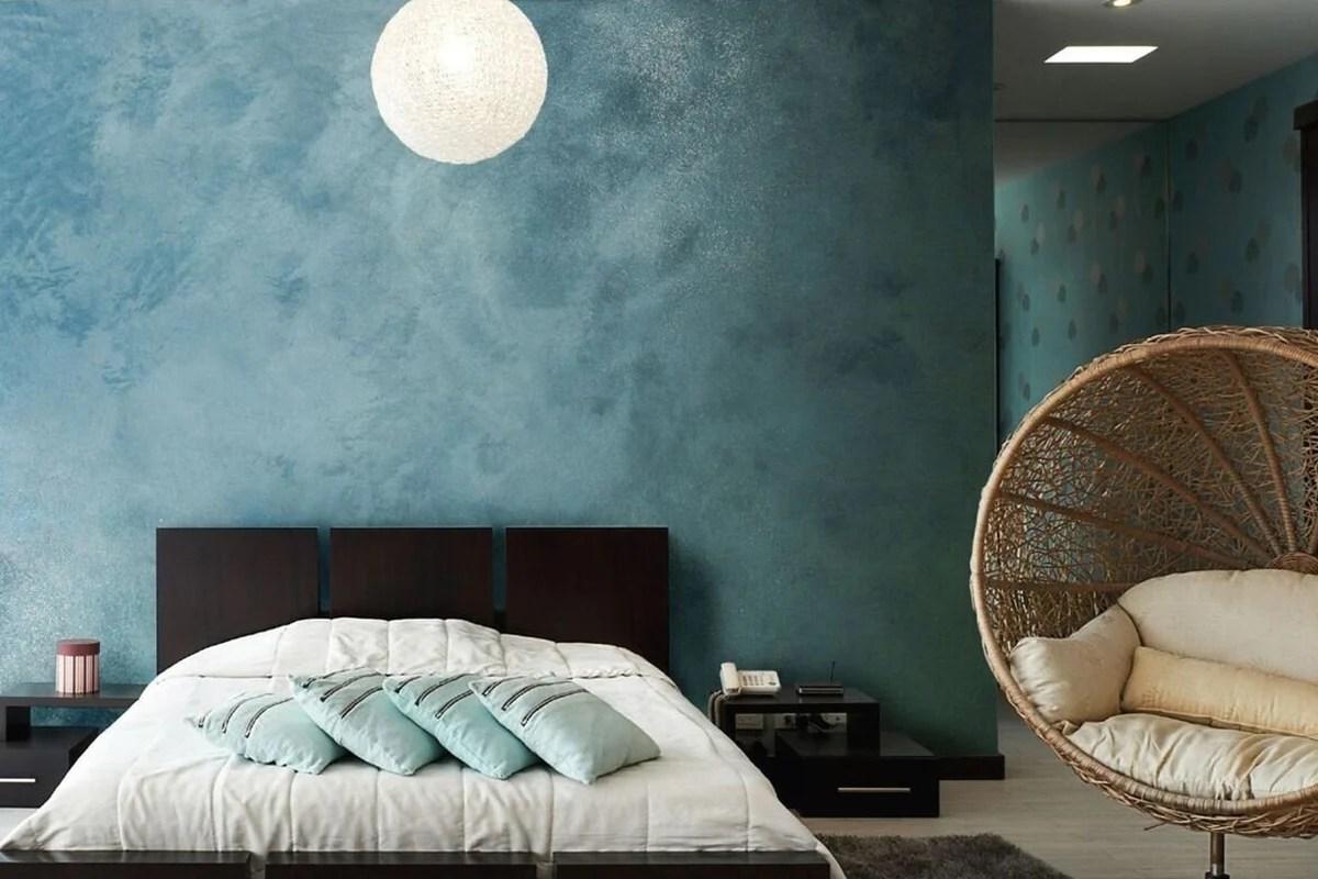 In questa camera da letto moderna una nicchia sopra la testata lungo tutta la parete è stata trasformata in una piccola libreria, accentuata con il colore del rivestimento e le luci interne. Pitture Decorative Per La Camera Da Letto 3 Tecniche Da Scoprire