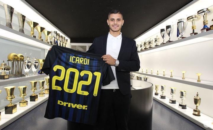 Mauro Icardi in posa con la maglia nerazzurra nella sala trofei dell'Inter nel giorno del rinnovo contrattuale