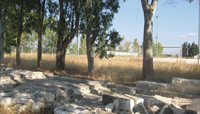 Il campo sportivo di Aradeo con il muro di cinta parzialmente crollato
