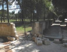 il muro di recinzione distrutto da tempo