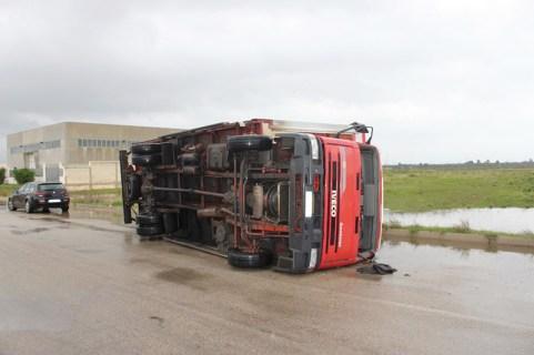 GALATONE - un camion capovolto a Galatone