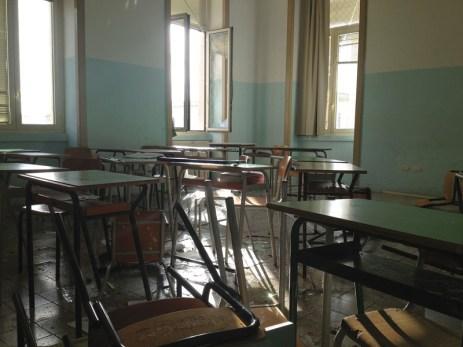 """GALLIPOLI - Dirigenti sotto choc al liceo """"Quinto Ennio"""". La loro prontezza di riflessi, facendo allontanare ragazzi da finestre e balconi ha evitato il peggio: le vetrate spinte dal turbine si sono infrante sui banchi per fortuna senza colpire nessuno. Divelte anche le porte della palestra. Scuola chiusa per due giorni."""
