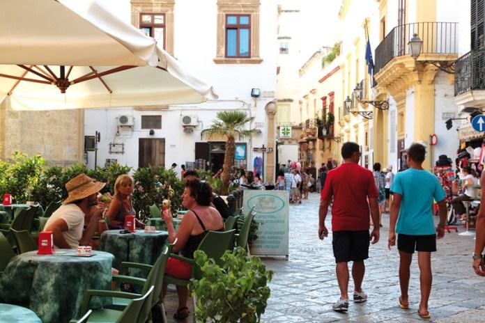 turisti nel centro storico gallipoli (6)