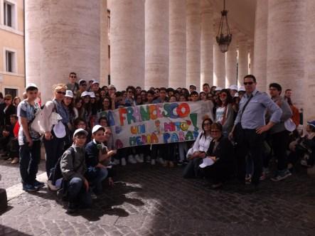 """Le classi terze della Scuola media """"G. Dimo"""" accompagnate dai loro docenti, in piazza San Pietro a Roma"""