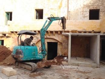 Si continua a lavorare nel castello per ripulire e risistemare gli ambienti. Qui si rimuove un vano per carburanti costruito nell'atrio del maniero.