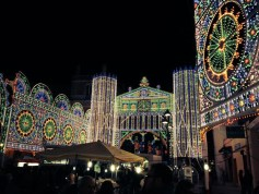 Le luminarie in piazza Indipendenza