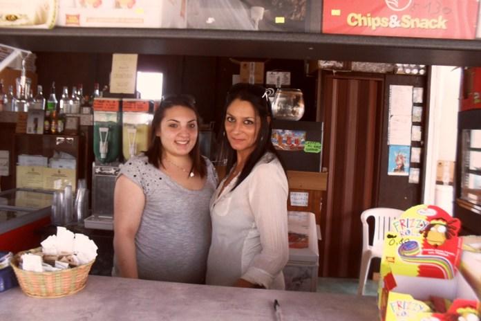 """Da sinistra  Vanessa e  Lucia del  chiosco sul mare """"New Alli So"""". Per loro la crisi  si sente perché le famiglie stanno attente anche alle piccole spese.  é andata meglio ai locali ubicati nel  centro storico  a Taviano"""