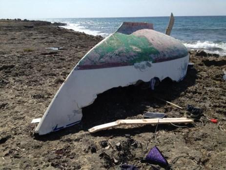 Barca naufragata a Punta pizzo - Ciò che resta di una barca a vela spinta sugli scogli dalla mareggiata dei giorni scorsi
