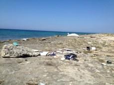 Barca naufragata a Punta pizzo - Parte dei materiali contenuti nell'imbarcazione depositati a terra dopo il primo naufragio