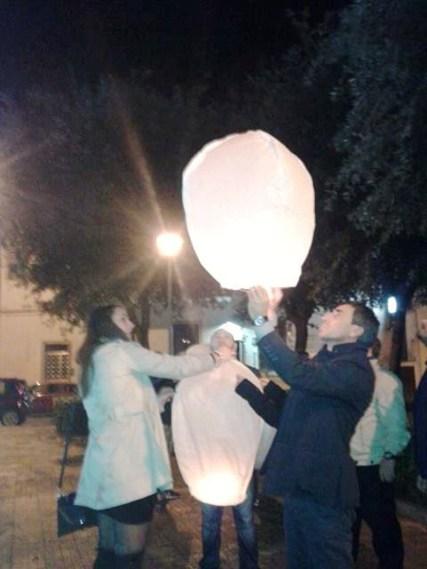 Un momento della cerimonia con il lancio delle lanterne luminose a Nardò
