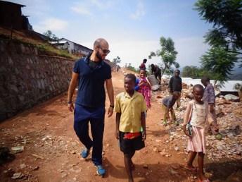 Ancora il volontario per le strade del villaggio