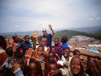 """Dario tra i bambini che """"regalano sorrisi"""""""