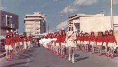 """La sfilata a Casarano negli anni '70 con le dipendenti della Filanto """"precettate"""" nel ruolo di majorettes"""