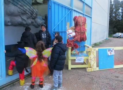 open day Bambini in visita e il piccolo Alex all'ingresso