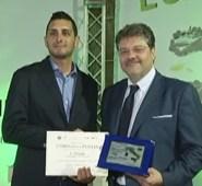 Giampiero Marotta, direttore di Coldiretti Lecce, consegna il premio a Giovanni Ponzo di Presicce, titolare dell'omonima azienda