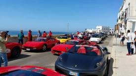 Ferrari schierate lungo le mura antiche del centro storico