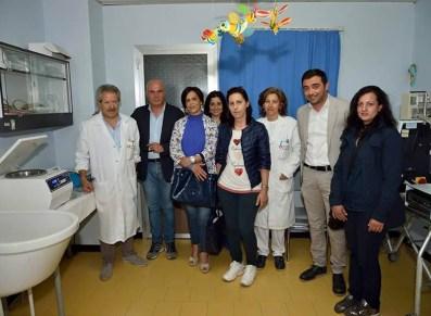 Da sinistra il primario di Pediatria Giovanni Pepe, la terza è la mamma di Anastasia, il penultimo il sindaco Donato Metallo