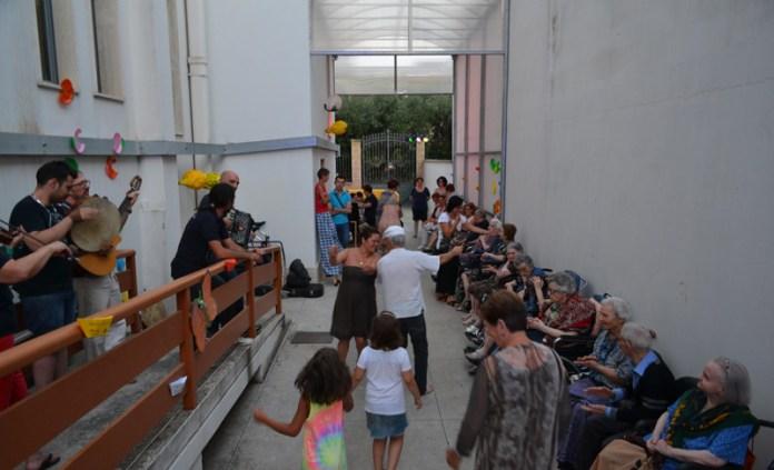 Centro di Solidariet   ( Compagnia Musicante dell'associazione  Stranivari di Parabita  e  la scenografia a cura del   Barrio Vecchio) luglio 2015