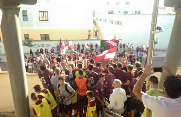 tifosi Nardo' cantano fuori dallo stadio