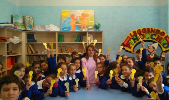 arianna buccarello al centro coi bambini delle 3 della primaria
