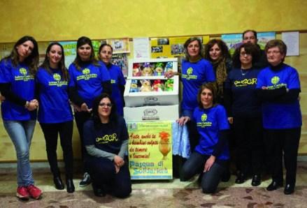 """I giovani di Felline impegnati nel progetto """"Pasqua è carità"""" nella vendita delle uova il cui ricavato servirà al reparto di onco-ematologia del """"Fazzi""""."""