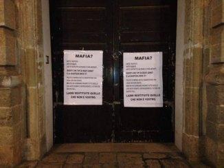 manifesti-mafia-24.5.2015-casarano-sulla-porta-del-comune