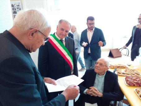 Padre Antonio Stefanizzi - festa per i 100 anni con il sindaco di Matino..._2