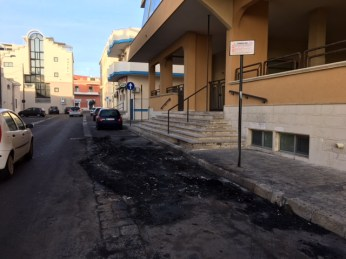 Auto incendiata - via Gramsci - Gallipoli (1)
