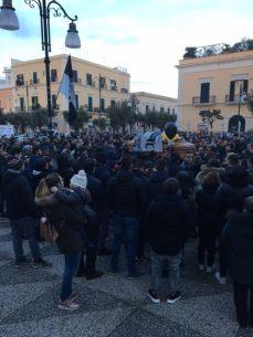 Davide Mauro fine funerali con cancone Vasco Rossi