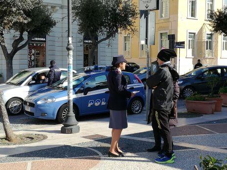 Poliziotti in piazza Carducci per informare