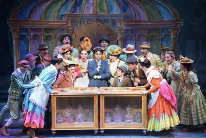 Erika Mariniello (al centro con il cappellino verde) nel musical Mary Poppins