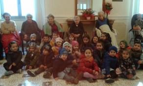 I piccoli della scuola dell'infanzia in visita al centro di solidarietà