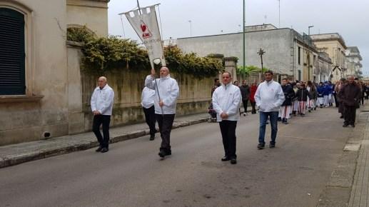 i Fratres aprono la processione di venerdì santo