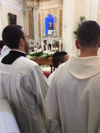 il feretro durante il rito funebre