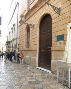 turisti-in-fila-per-frantoio-e-Museo-chiuso-350x440