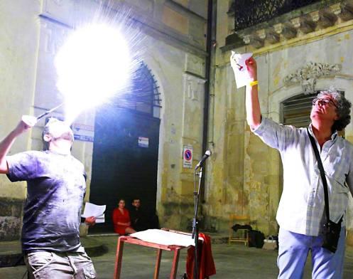 Fuoco e poeta, a dx Michele Bovino