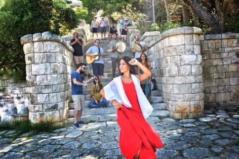 Leuca, gli Ionica Aranea ai piedi della scalinata