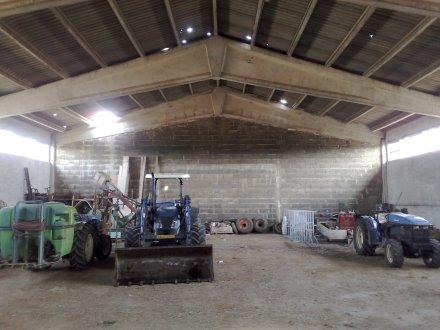 L'interno della stalla-deposito