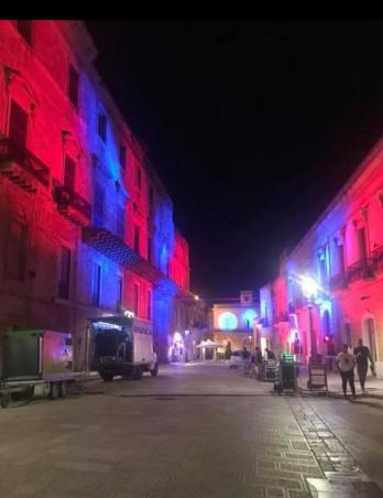 Casarano, piazza Garibaldi in rossoazzurro