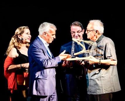 La consegna del premio a monsignor Salvatore Palese