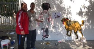 L'artista Stefano Bergamo (a destra) con il Sindaco Giuseppe Mellone (a sinistra) davanti al murales nei pressi della scuola di via Bellini