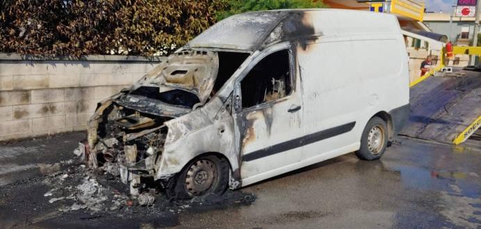 Gagliano del capo, furgoncino in fiamme (3)