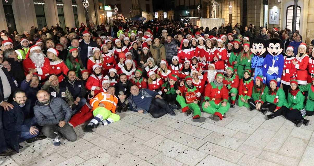 Posizione Babbo Natale.Piazze Di Solidarieta Dopo Casarano La Band Di Babbo Natale Approda
