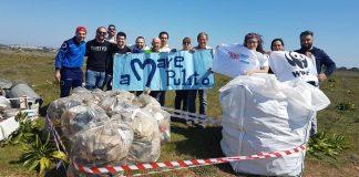 I volontari di aMare Pulito e WWF Salento durante una delle loro operazioni