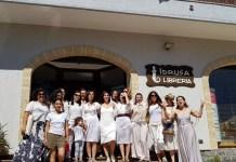 La marcia della performer Romina De Novellis alla libreria Idrusa
