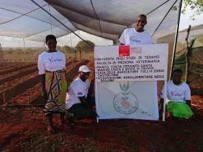 Kanai e i suoi collaboratori all'avvio del progetto in Kenya