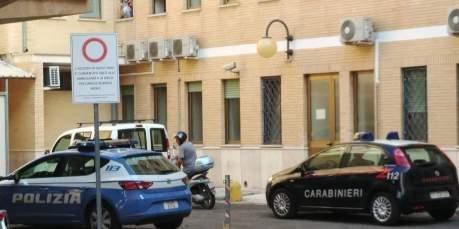Ospedale di Tricase, uomo con il coltello (foto Lorenzo Zito)